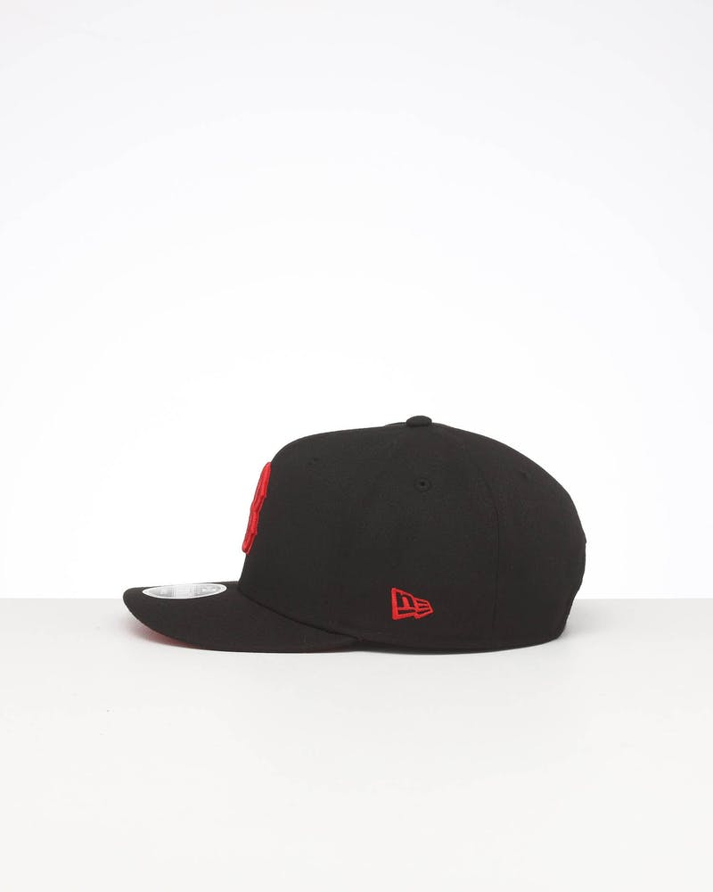 NEW ERA BOSTON RED SOX HIGH CROWN PRECURVED TEAM OUTLINE SNAPBACK BLACK/RED