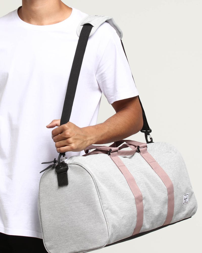 HERSCHEL BAG CO NOVEL MID-VOLUME DUFFLE Light Grey/Black