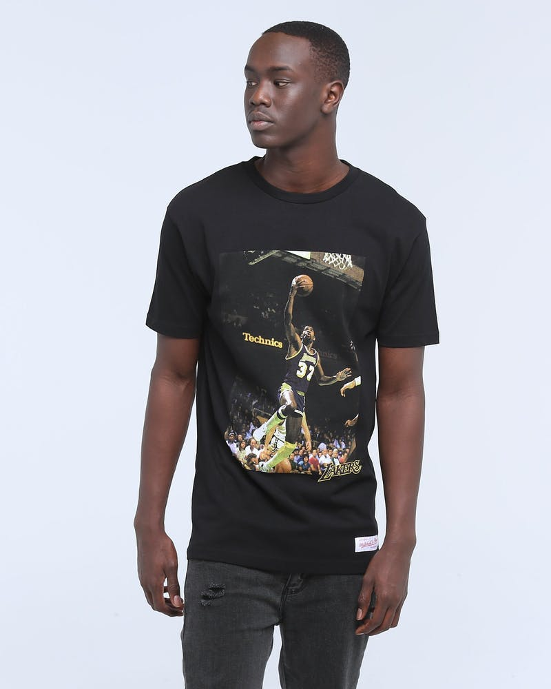 MITCHELL & NESS LAKERS JOHNSON OFF COURT SS TEE BLACK